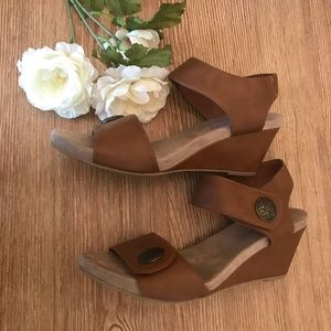 Shoes - Tan sandals with heel sIze 8